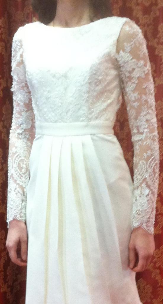 силуэтное свадебное платье с длинным рукавом и открытой спиной.